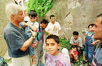 Der deutsche Arzt Dr. Dietz R. Kleine aus Kiel kümmert sich in der Klosterschule um die gefluechteten Serben, Albaner, Roma und Katholiken. Hier kuemmert er sich um ein Roma-Kind und spricht mit dessen Eltern.<br /> Prizren/Jugoslawien, 30.7.1999<br /> Copyright: Christian-Ditsch.de<br /> [Inhaltsveraendernde Manipulation des Fotos nur nach ausdruecklicher Genehmigung des Fotografen. Vereinbarungen ueber Abtretung von Persoenlichkeitsrechten/Model Release der abgebildeten Person/Personen liegen nicht vor. NO MODEL RELEASE! Don't publish without copyright Christian-Ditsch.de, Veroeffentlichung nur mit Fotografennennung, sowie gegen Honorar, MwSt. und Beleg. Konto: I N G - D i B a, IBAN DE58500105175400192269, BIC INGDDEFFXXX, Kontakt: post@christian-ditsch.de<br /> Urhebervermerk wird gemaess Paragraph 13 UHG verlangt.]