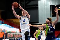 10-04-2021: Basketbal: Donar Groningen v ZZ Leiden: Groningen, Donar speler Willem Brandwijk met Leiden speler Michael Finke