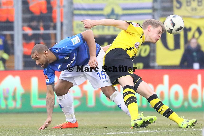 Matthias Ginter (Borussia Dortmund) gegen Terrence Boyd (SV Darmstadt 98)- 11.02.2017: SV Darmstadt 98 vs. Borussia Dortmund, Johnny Heimes Stadion am Boellenfalltor