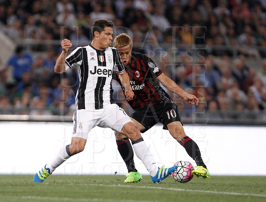 Calcio, finale Tim Cup: Milan vs Juventus. Roma, stadio Olimpico, 21 maggio 2016.<br /> Juventus' Hernanes, left, and AC Milan's Keisuke Honda fight for the ball during the Italian Cup final football match between AC Milan and Juventus at Rome's Olympic stadium, 21 May 2016.<br /> UPDATE IMAGES PRESS/Isabella Bonotto