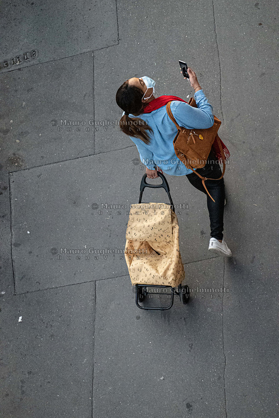 donna con mascherina e borsa della spesa, vista dall'alto