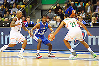 Antonio Graves (Fraport Skyliners) gegen Jordan Theodore (Banvit BK) und Jeremy Chappell (Banvit BK) - 25.10.2016: Fraport Skyliners vs. Banvit BK, BCL Hauptrunde, Fraport Arena Frankfurt