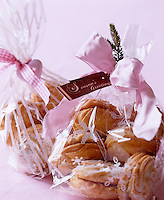 Little gift ideas for guests to take home, home cooked biscuits in pretty bags tied with ribbons and decorated with spruce and a greeting card