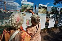 BERLINO / GERMANIA - 2004.Turisti nei pressi del Memoriale dell'Olocausto (Holocaust-Mahnmal) dedicato agli ebrei vittime della Shoah. .FOTO LIVIO SENIGALLIESI..BERLIN / GERMANY - 2004.Turists visit Memorial to the victims of the Holocaust..PHOTO BY LIVIO SENIGALLIESI