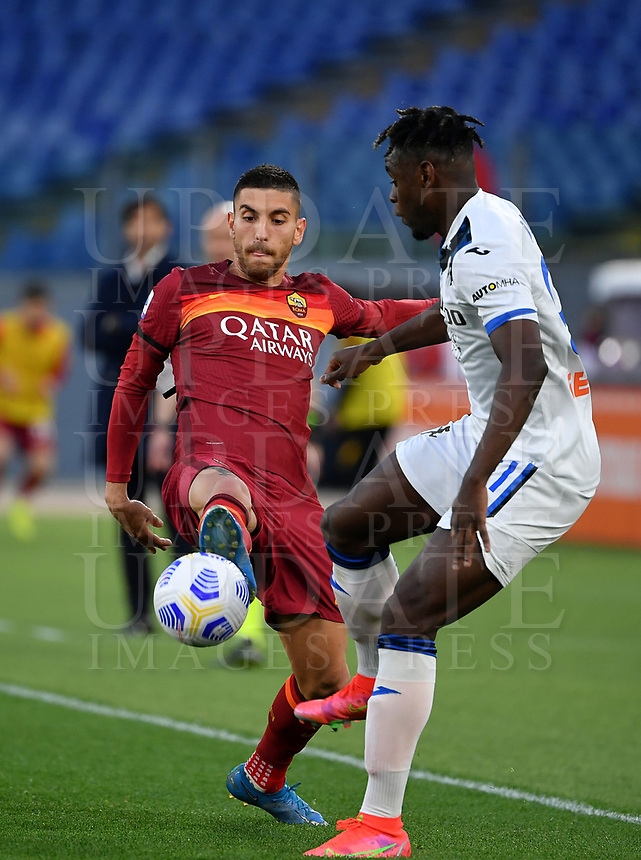 Football, Serie A: AS Roma - Atalanta Olympic stadium, Rome, April 22, 2021. <br /> Roma's Lorenzo Pellegrini (l) in action with Atalanta's Duvan Zapata (r) during the Italian Serie A football match between AS Roma and Atalanta at Rome's Olympic stadium, Rome, on April 22, 2021.  <br /> UPDATE IMAGES PRESS/Isabella Bonotto