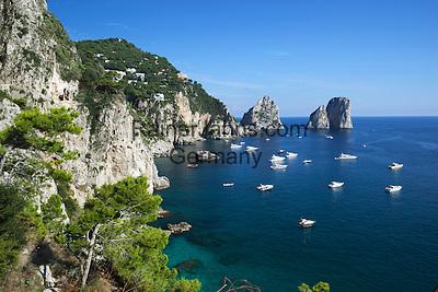 Italy, Campania, Capri: Faraglioni rocks and view along south coast   Italien, Kampanien, Provinz Neapel, Capri: die Suedkueste mit der Felsformation Faraglioni