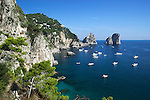 Italy, Campania, Capri: Faraglioni rocks and view along south coast | Italien, Kampanien, Provinz Neapel, Capri: die Suedkueste mit der Felsformation Faraglioni