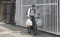 MEDELLIN - COLOMBIA, 17-04-2020: Entregas a domicilio en Medellín durante el día 25 de la cuarentena total en el territorio colombiano causada por la pandemia  del Coronavirus, COVID-19. / Delivery in Medellin of during day 25 of total quarantine in Colombian territory caused by the Coronavirus pandemic, COVID-19. Photo: VizzorImage / Leon Monsalve / Cont
