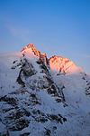 Oesterreich, Kaernten, Nationalpark Hohe Tauern: Blick von Kaiser-Franz-Josefs-Hoehe am Ziel der Grossglockner Hochalpenstrasse auf den Grossglockner bei Sonnenaufgang | Austria, Carinthia, High Tauern National Park with Grossglockner mountain (3.798 m) at sunrise