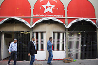 SÃO PAULO, SP, 30.06.2016 - VANDALISMO-SP- Sede nacional do PT amanhece com vidros de entrada apedrejados no centro da cidade de São Paulo nesta terça-feira (30) (Foto: Adailton Damasceno/Brazil Photo Press)