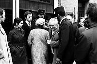 """Picard, Me Cathala, Me Bouscatel, Me Rastoul"""". 14 rue d'Aubuisson. 30 novembre 1976. Vue d'ensemble de Claude Birague sortant de chez lui, autour policiers et avocats. Cliché pris le jour d'une reconstitution judiciaire dans le cadre de l'affaire du meurtre de René Trouvé. Observation: Affaire René Trouvé-Birague : le 19 février 1976, le journaliste René Trouvé est assassiné d'une balle dans la tête, par deux inconnus, alors qu'il regagne son domicile au 33 rue Bayard"""