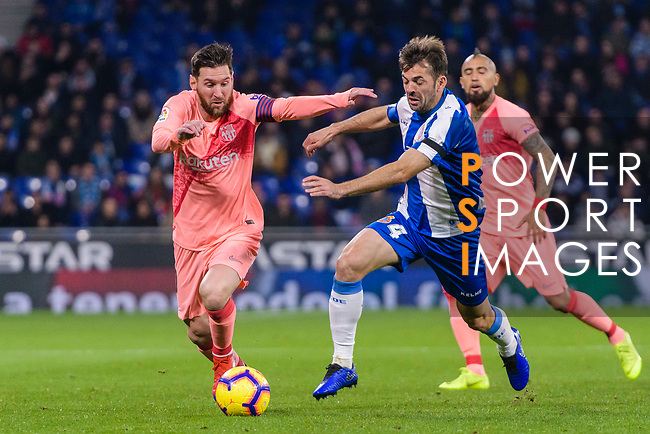 Lionel Messi of FC Barcelona (L) fights for the ball with Victor Sanchez of RCD Espanyol (R) during the La Liga 2018-19 match between RDC Espanyol and FC Barcelona at Camp Nou on 08 December 2018 in Barcelona, Spain. Photo by Vicens Gimenez / Power Sport Images