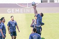 Thomas Mueller (Deutschland Germany) holt sich den Ball herunter - Innsbruck 01.06.2021: Abschlusstraining Deutsche Nationalmannschaft