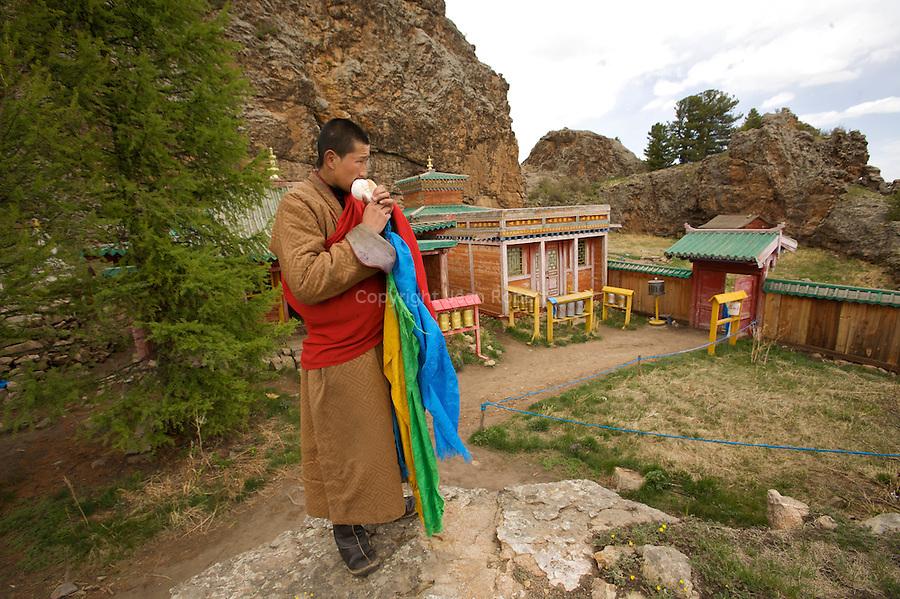 Tho?vkho?n Khiid (monaste?re)  perche? a? 2400 m dans les montagnes du Khangai.Tho?vkho?n Khiid (monaste?re)  perche? a? 2400 m dans les montagnes du Khangai..Moine de 20 ans, Tumendemberel passe six mois ici dans le monaste?re.