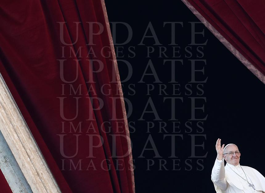Papa Francesco impartisce la benedizione Urbi et Orbi in occasione del Natale, dalla loggia centrale della Basilica di San Pietro, Citta' del Vaticano, 25 dicembre 2017.<br /> Pope Francis delivers the Urbi et Orbi (To the City and to the World) blessing on the occasion of the Christmas day from the central loggia of St. Peter's Basilica at the Vatican, 25 December 2017.<br /> UPDATE IMAGES PRESS/Isabella Bonotto<br /> <br /> STRICTLY ONLY FOR EDITORIAL USE