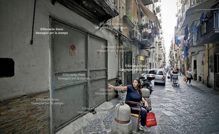 - NAPOLI 22 OTT 2014 - Vico San Liborio 79 il box chiuso dove  la gente del rione è convinta che lì abitasse davvero una Filumena.
