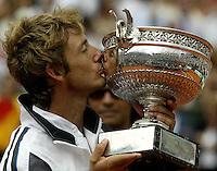 20030608, Paris, Tennis, Roland Garros, Juan Carlos Ferrerro kust de beker en de winnaar van 1983 Noah kijkt toe