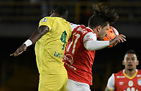BOGOTÁ -COLOMBIA, 15-04-2017. Jonathan Gomez (Der.) jugador de Santa Fe disputa el balón con Henry Obando (Izq.) jugador del Bucaramanga durante el encuentro entre Independiente Santa Fe y Atletico Bucaramanga por la fecha 13 de la Liga Aguila I 2017 jugado en el estadio Nemesio Camacho El Campin de la ciudad de Bogota. / Jonathan Gomez (R) player of Santa Fe struggles for the ball with Henry Obando (L) player of Bucaramanga during match between Independiente Santa Fe and Atletico Bucaramanga for the date 13 of the Aguila League I 2017 played at the Nemesio Camacho El Campin Stadium in Bogota city. Photo: VizzorImage/ Gabriel Aponte / Staff