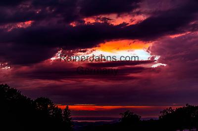 Deutschland, Bayern, Chiemgau, Siegsdorf: Sonnenuntergang und Gewitterstimmung ueberm Chiemsee | Germany, Bavaria, Chiemgau, Siegsdorf: sunset and stormy atmosphere above lake Chiemsee
