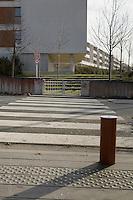 Passage pietonnie donnant acces a une propriete prive cloture, il n'y a pas de trotoir sur l'autre cote de la rue