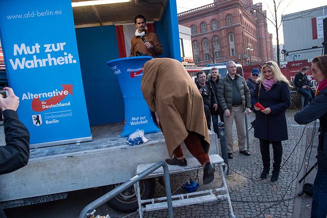 """AfD protestiert in Berlin gegen die Fluechtlingspolitik der Bundesregierung.<br /> Am Samstag den 31. Oktober 2015 versammelten sich ca. 250 Anhaenger der Rechts-Partei Alternative fuer Deutschland (AfD) zu einer Kundgebung gegen die Fluechtlings- und Asylpolitik der Bundesregierung. Dabei wurde die Bundeskanzlerin Angela Merkel mehrfach scharf angegriffen. Die Berichterstattung ueber Fluechtlinge in den Medien wurde mit lautstarken Rufen """"Luegenpresse"""" beschimpft.<br /> Der brandenburgische Landesvorsitzende Gauland forderte eine Fluechtlingspolitik wie in Japan, wo angeblich nur 20 Fluechtlinge pro Jahr aufgenommen werden.<br /> Etwa 350 Menschen protestierten gegen die Veranstaltung der Rechten und blockierten kurzzeitig deren Marschroute. Die Polizei ordnete daraufhin eine verkuerzte Route an und raeumte dafuer der AfD den Weg frei.<br /> Im Bild: Alexander Gauland, AfD-Landesvorsitzender Brandenburg klettert auf das Rednerpodium.<br /> 31.10.2015, Berlin<br /> Copyright: Christian-Ditsch.de<br /> [Inhaltsveraendernde Manipulation des Fotos nur nach ausdruecklicher Genehmigung des Fotografen. Vereinbarungen ueber Abtretung von Persoenlichkeitsrechten/Model Release der abgebildeten Person/Personen liegen nicht vor. NO MODEL RELEASE! Nur fuer Redaktionelle Zwecke. Don't publish without copyright Christian-Ditsch.de, Veroeffentlichung nur mit Fotografennennung, sowie gegen Honorar, MwSt. und Beleg. Konto: I N G - D i B a, IBAN DE58500105175400192269, BIC INGDDEFFXXX, Kontakt: post@christian-ditsch.de<br /> Bei der Bearbeitung der Dateiinformationen darf die Urheberkennzeichnung in den EXIF- und  IPTC-Daten nicht entfernt werden, diese sind in digitalen Medien nach §95c UrhG rechtlich geschuetzt. Der Urhebervermerk wird gemaess §13 UrhG verlangt.]"""