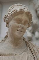 Germania Berlino 2007  Pergamon Museum .ll famoso Altare di Zeus di Pergamo, arte ellenistica, regno di re Eumene II (197-158 a.C.) e, in seguito alla sua morte, continuata dal successore e fratello Attalo II particolare di statua femminile