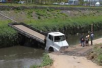 SÃO PAULO, SP, 05/12/2011, CAMINHÃO CAI NO CORREGO ARICANDUVA.<br /> <br />  Na manhã de hoje(5) um caminhão caiu dentro do corrego Aricanduva, após colidir contra uma veiculo, este vindo a se chocar contra um poste.<br />  Segundo o Corpo de Bombeiros, quatro pessoas ficaram feridas nesse acidente..<br />  Luiz Guarnieri/ News Free