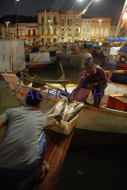 Amanhece mais um dia na Feira do Açaí e Mercado do Ver-o-Peso, onde chegam os mais variados produtos como açai e pescado.