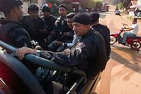 """Policiais militares aguardam para sair de barco pelo rio fresco afluente do Xingu,  para localizar cerca de 20 acusados de pistolagem , sendo que cinco dos deles ja est""""o com pris""""o preventiva decretada , para cobrir a ·rea a pol militar est· trabalhando com mais de 200 homens.<br /> Sao Felix do Xingu, Par·, Brasil.<br /> Foto Paulo Santos/Interfoto<br /> 18/09/2003"""