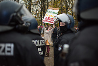 """Sogenannten """"Querdenker"""" sowie verschiedene rechte und rechtsextreme Gruppen hatten fuer den 18. November 2020 zu einer Blockade des Bundestag aufgerufen. Sie wollten damit verhindern, dass es eine Abstimmung ueber das Infektionsschutzgesetz gibt.<br /> Es sollen sich ca. 7.000 Menschen versammelt haben. Sie wurden durch Polizeiabsperrungen daran gehindert zum Reichstagsgebaeude zu gelangen. Sie versammelten sich daraufhin u.a. vor dem Brandenburger Tor.<br /> 18.11.2020, Berlin<br /> Copyright: Christian-Ditsch.de"""
