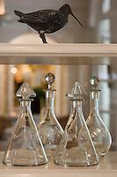 Europe/France/Aquitaine/40/Landes/Eugénie-les-Bains: Les Prés d'Eugénie Hotel-Restaurant de Michel Guérard -détail carafe a décanter et statue grive