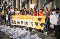 """Protest gegen den syrischen Diktator Bashar al-Assad.<br /> Am Freitag den 21. August 2015 protestierten mehrere hundert Menschen, die meissten Buergerkriegsfluechtlinge aus Syrien, gegen den fortdauernden Buergerkrieg in ihrem Herkunftsland. Sie gedachten annlaesslich des 2. Jahrestag der Opfer des Giftgas-Angriffs vom 21. August 2013 in Damaskus. Das Assad-Regime hatte ueber 1.600 Menschen mit dem Nervengift Sarin ermordet.<br /> Nach Angaben des deutschen Vertreters der """"Syrischen Nationalen Koalition"""", Dr Bassam Abdullah,  werden in Syrien weiterhin Menschen durch Giftgas durch die Regierungstruppen getoetet. Die Koalition ist ein Zusammenschluss von syrischen Muslimen, Christen, Assyrern und Kurden.<br /> Im Bild: Demonstranten liegen als symbolische Leichen vor einem Banner """"Assad toetet mit Giftgas immer noch!!""""<br /> 21.8.2015, Berlin<br /> Copyright: Christian-Ditsch.de<br /> [Inhaltsveraendernde Manipulation des Fotos nur nach ausdruecklicher Genehmigung des Fotografen. Vereinbarungen ueber Abtretung von Persoenlichkeitsrechten/Model Release der abgebildeten Person/Personen liegen nicht vor. NO MODEL RELEASE! Nur fuer Redaktionelle Zwecke. Don't publish without copyright Christian-Ditsch.de, Veroeffentlichung nur mit Fotografennennung, sowie gegen Honorar, MwSt. und Beleg. Konto: I N G - D i B a, IBAN DE58500105175400192269, BIC INGDDEFFXXX, Kontakt: post@christian-ditsch.de<br /> Bei der Bearbeitung der Dateiinformationen darf die Urheberkennzeichnung in den EXIF- und  IPTC-Daten nicht entfernt werden, diese sind in digitalen Medien nach §95c UrhG rechtlich geschuetzt. Der Urhebervermerk wird gemaess §13 UrhG verlangt.]"""