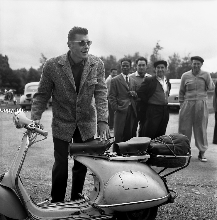 23-24 Août 1956. Vue du défenseur toulousain Richard Boucher devant son scooter VESPA