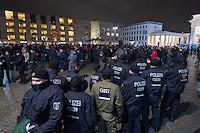 """Etwa 200 Anhaenger des Berliner Ablegers rechten Pegida-Bewegung, Baergida, versammelten sich am Montag den 12. Januar 2015 in Berlin vor dem Brandenburger Tor zu einer Demonstration gegen eine angebliche Islamisierung Deutschlands.<br /> Unter den Anhaengern von Baergida waren viele bekannte militante Neonazis, der NPD und Hooligans sowie Mitglieder der Rechtsparteien AfD und Pro Deutschland und der rechtsradikalen German Defense League. Teilnehmer der Veranstaltung bruellten wiederholt """"Wir sind das Volk"""" und """"Luegenpresse, auf die Fresse"""" und hielten Schilder mit der Aufschrift """"Je suis Charlie"""".<br /> Im Bild: Polizei schuetz die Baergiga-Veranstaltung.<br /> 12.1.2015, Berlin<br /> Copyright: Christian-Ditsch.de<br /> [Inhaltsveraendernde Manipulation des Fotos nur nach ausdruecklicher Genehmigung des Fotografen. Vereinbarungen ueber Abtretung von Persoenlichkeitsrechten/Model Release der abgebildeten Person/Personen liegen nicht vor. NO MODEL RELEASE! Nur fuer Redaktionelle Zwecke. Don't publish without copyright Christian-Ditsch.de, Veroeffentlichung nur mit Fotografennennung, sowie gegen Honorar, MwSt. und Beleg. Konto: I N G - D i B a, IBAN DE58500105175400192269, BIC INGDDEFFXXX, Kontakt: post@christian-ditsch.de<br /> Bei der Bearbeitung der Dateiinformationen darf die Urheberkennzeichnung in den EXIF- und  IPTC-Daten nicht entfernt werden, diese sind in digitalen Medien nach §95c UrhG rechtlich geschuetzt. Der Urhebervermerk wird gemaess §13 UrhG verlangt.]"""