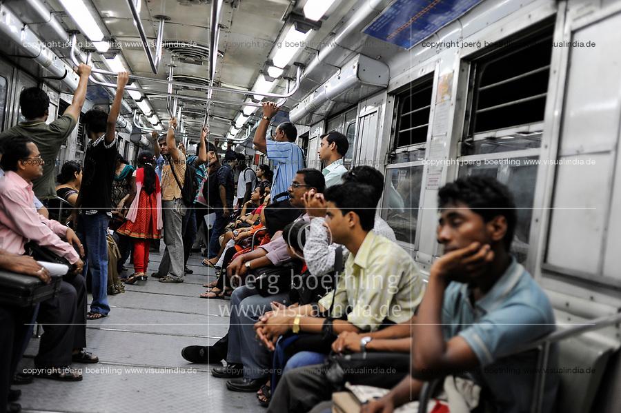 INDIA Kolkata Calcutta, commuter in underground Metro train / INDIEN Kolkata Menschen in der U-Bahn