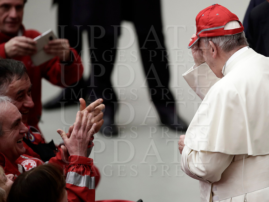 Papa Francesco indossa un cappellino rosso al termine di un'udienza speciale per la Croce Rossa italiana in aula Paolo VI in Vaticano, 27 gennaio 2018.<br /> Pope Francis wears a Red Cross cap at the end of a special audience granted to Italian Red Cross members in Paul VI Hall at the Vatican, on January 27, 2018.<br /> UPDATE IMAGES PRESS/Isabella Bonotto<br /> <br /> STRICTLY ONLY FOR EDITORIAL USE