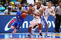 Carlos Medlock (Basketball Löwen Braunschweig) schnappt Quantez Robertson (Fraport Skyliners) den Ball weg - 12.03.2017: Fraport Skyliners vs. Basketball Löwen Braunschweig, Fraport Arena Frankfurt