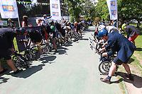 25 de Octubre, Santiago-Chile. En un circuito de 8kms se desarrolló la competencia en bicicletas Brompton Becykel Santiago que se realizó en la Casona de Las Condes de la Universidad Andrés Bello donde los participantes debían vestir traje además de conducir las bicicletas plegables