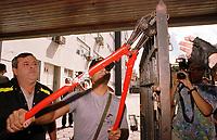 Policial federal corta cadeado de portão que impedia passagem de funcionarios da Sudam.<br />Belem-Para<br />09.05.2001<br />Foto:Janduari Simões/Interfoto