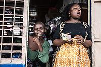 Benin. Cotonou . foyer salesiano Don Bosco Ritratto dimonitrice e  bambina di colore