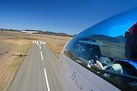 4415 / Flugzeugschlepp: AFRIKA, SUEDAFRIKA, 21.01.2007:Flugplatz Gariepdam, Flugzeugschlepp, Start, Duo Discus, Cessna 182, Asphaltpiste