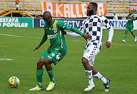 TUNJA -COLOMBIA, 24-08-2014. Jairo Castillo (Der) jugador de Boyacá Chicó disputa el balón con Wilmer Diaz (Izq) jugador de La Equidad durante partido por la fecha 6 de la Liga Postobón II 2014 realizado en el estadio La Independencia en Tunja./ Jairo Castillo (R) player of Boyaca Chico fights for the ball with Wilmer Diaz (L) player of La Equidad during match for the 6th date of Postobon League II 2014 at La Independencia stadium in Tunja. Photo: VizzorImage/Jose Miguel Palencia/STR