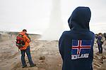 Le Strokkur jaillit toutes les cinq minutes a plus de 30 m de haut pour la plus grande joie des touristes. Le grand Geysir qui donna son nom a ce curieux phenomene geologique dans le monde entier se fait désormais tirer l'oreille pour jaillir apres plusieurs siecles d'activite. Venue des entrailles de la Terre, l eau sous pression s echauffe lentement jusqu'à 102-103 C puis une gigantesque bulle bleue se forme et explose en une puissante colonne d eau.