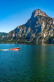 Oesterreich, Oberoesterreich, Salzkammergut, Traunkirchen am Traunsee: mit dem Traunstein (1.691 m) | Austria, Upper Austria, Salzkammergut, Traunkirchen at Lake Traun: with summit Traunstein (1.691 m)