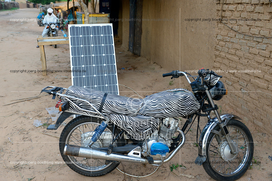 CHAD, Goz Beida, refugee camp Djabal for refugees from Darfur, Sudan, shop with solar panel for recharging mobile phones / TSCHAD, Goz Beida, Fluechtlingslager Djabal fuer Fluechtlinge aus Darfur, Sudan. Laden mit Solar Panel