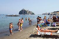 Italien, Ischia, Strand Spiaggia del Piscatore in Ponte und Castello Aragonese