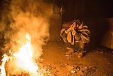 Ein Geflüchteter am Feuer in einer Baracke. // Belgrad, Serbien - 19.01.2017 - Ungefähr 10000 Geflüchtete sitzen in Serbien fest. Durch die Schließung der Balkanroute können sie ihr Ziel nicht erreichen und sind auf die Grenzöffnung oder Schlepper angewiesen. Schlepper versprechen ihnen sie nach Kroatien oder Ungarn zu bringen und wo<br />len dafür mehrere tausend Euro. Meist ist das erfolglos. Einige hundert Geflüchtete wohnen in Baracken am Belgrader Hauptbahnhof unter schlechten Bedingungen.