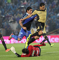 BOGOTA -COLOMBIA. 16-03-2014. Dayro Moreno(Izq.) jugador de Millonarios disputa el balón con Camilo Ceballos (Der.) y David Gonzalez (Abajo) guardameta  del Itaguí durante partido por la fecha 11 de la Liga Postobón  I 2014 jugado en el estadio Nemesio Camacho el Campín de la ciudad de Bogotá./ Dayro Moreno (L) player of Millonarios fights for the ball with Camilo Ceballos   (R) and David Gonzalez (Down) goalkeeper   of Itagui during match for the 11th date of the Postobon  League I 2014 played at Nemesio Camacho El Campin stadium in Bogotá city . Photo: VizzorImage/ Felipe Caicedo / Staff