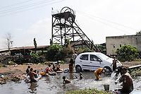 INDIA Dhanbad, underground coal mining of BCCL Ltd a company of COAL INDIA, washing place at water pipe / INDIEN Dhanbad , Untertagekohlebergwerk von BCCL Ltd. ein Tochterunternehmen von Coal India, Menschen waschen sich und Auto an einer Wasserleitung am Schacht