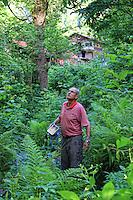 Camlihemsin: Mustafa Memoglu with a smoker near his apiary.///Camlihemsin: Mustafa Memoglu avec son enfumoir près de son rucher.